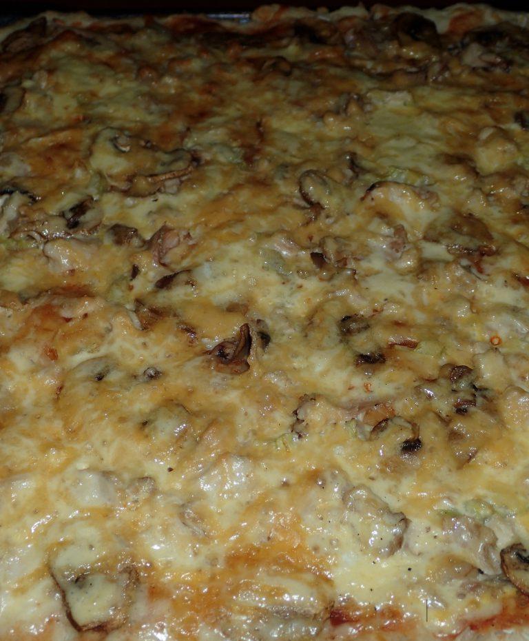 Быстрая дрожжевая пицца - вариант готового блюда
