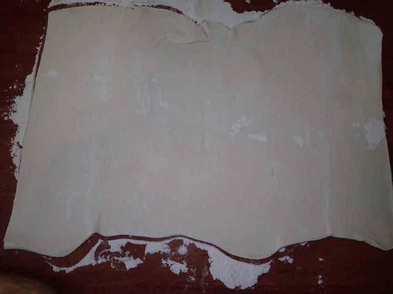 Раскатайте тесто тонким слоем