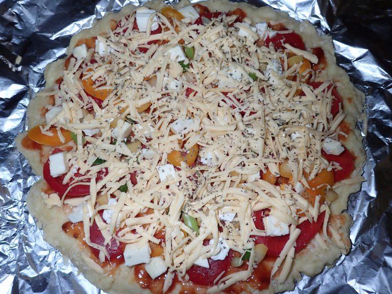 Заполните пиццу начинкой