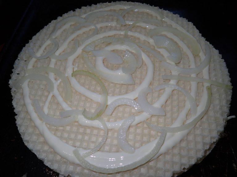 Разложите маринованный лук